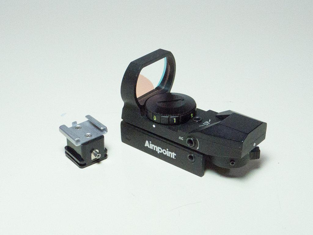 照準器とエツミホットシューアダプターの写真画像